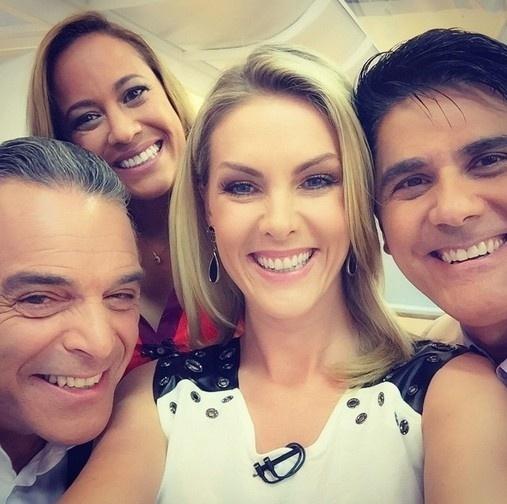 """09.mar.2015 - Ana Hickmann posta selfie com colegas do """"Hoje em Dia"""""""