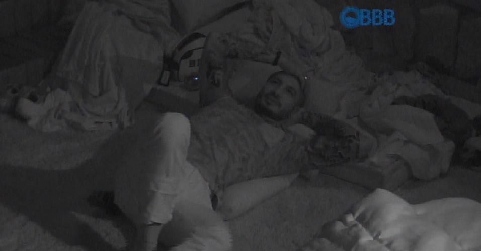 9.mar.2015 - Fernando e Amanda conversam no quarto do líder