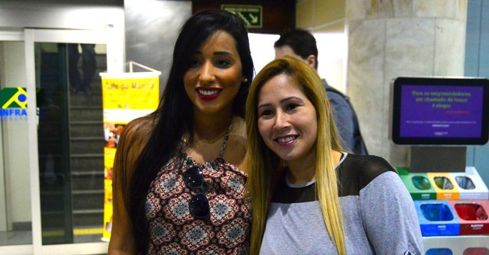 "9.mar.2015 - Sexta eliminada do ""BBB15"", Talita desembarca no aeroporto Santos Dumont, no Rio de Janeiro, e é cercada por fãs"