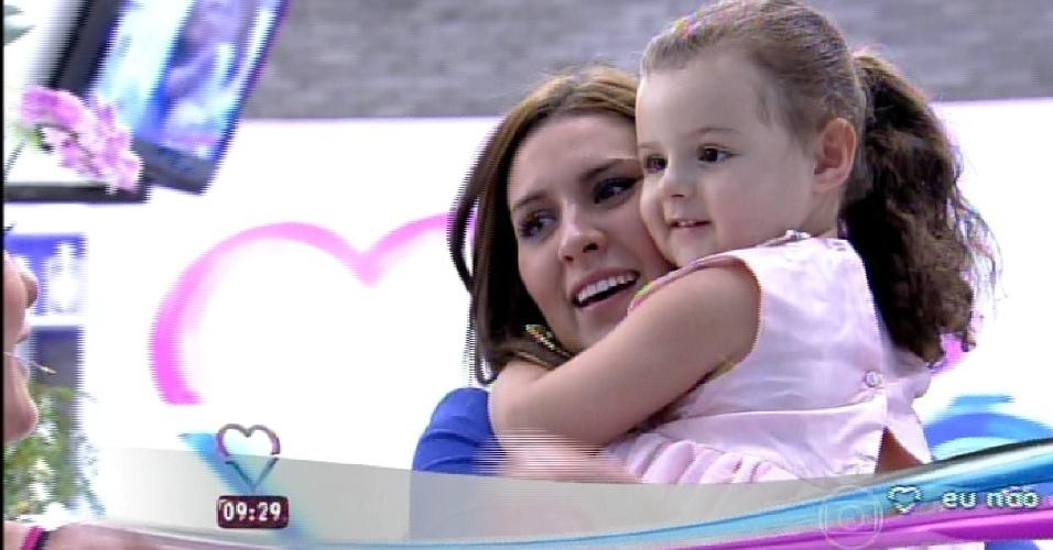 """9.mar.2015 - Tamires se emociona ao reencontrar a filha, Maya, no programa """"Mais Você"""""""