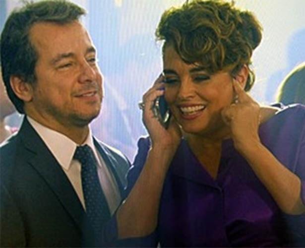Beatriz recebe ligação de Maria Clara durante festa de casamento de Vicente e Cristina