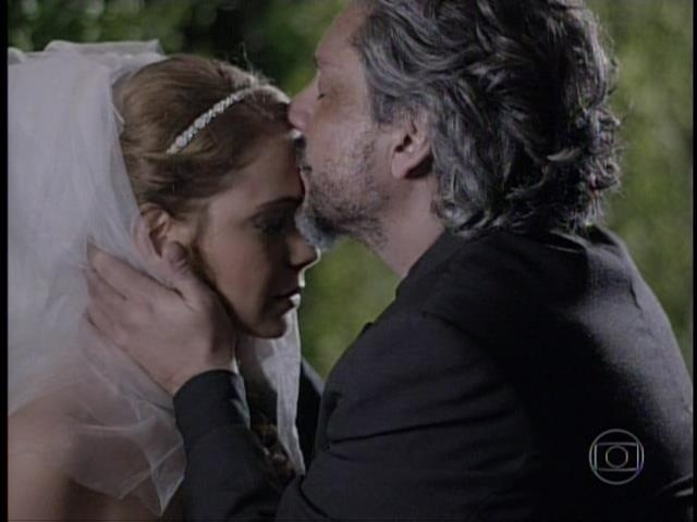 José Alfredo dá um beijo na testa de Cristina antes do casamento dela com Vicente