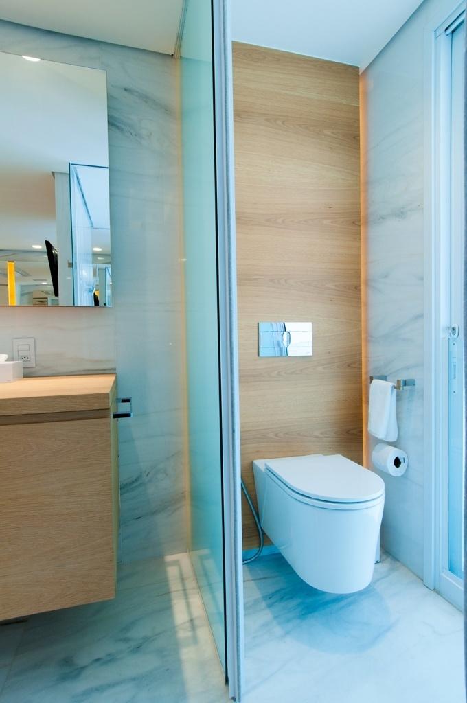 No nicho do vaso sanitário deste projeto de Toninho Noronha a parede foi recoberta com madeira. A bacia suspensa é da Deca