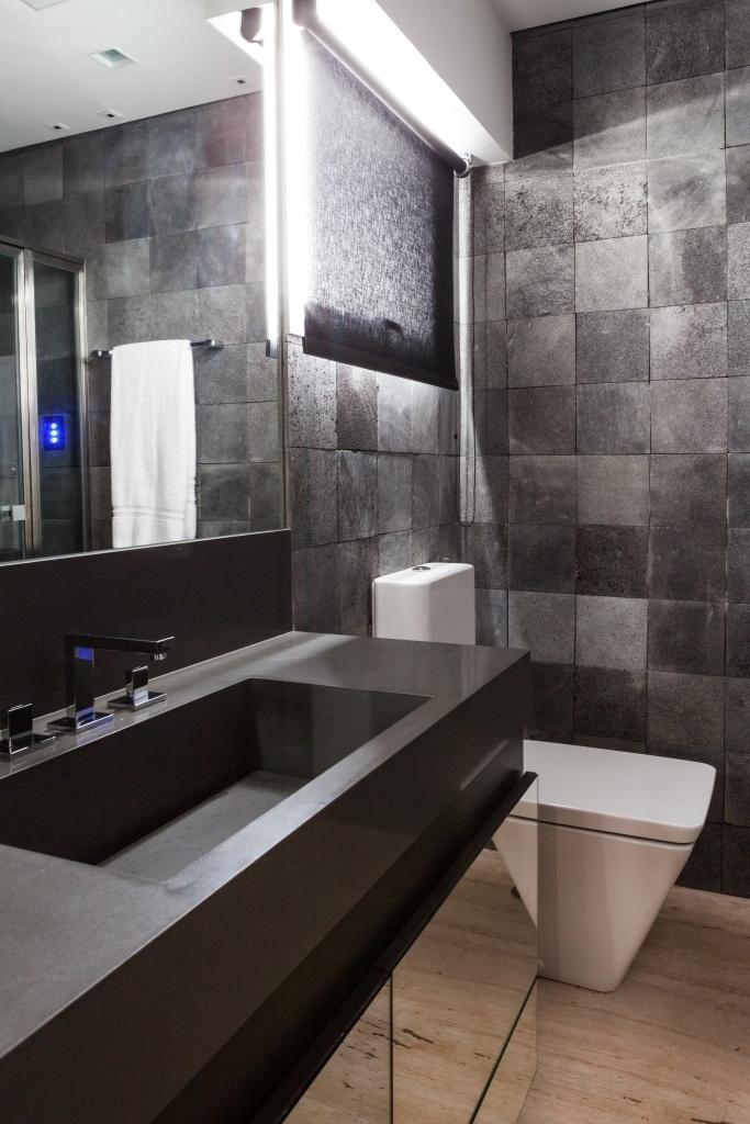 O escritório Díptico conseguiu tornar este banheiro com apenas 5,15 m² em um verdadeiro oásis. O morador buscava um design sofisticado e descontraído e a solução foi forrar as paredes com pedra Hitam, da Palimanan, o piso com mármore travertino romano e a bancada por Silestone Cemento em tons masculinos. Estruturalmente, a mudança da posição do vaso facilitou o acesso ao boxe, equipado com o chuveiro, da Altero, com cromoterapia