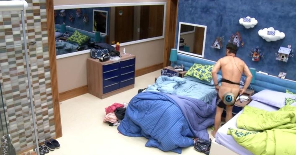10.mar.2015 - Adrilles mostra a bunda quando se troca no quarto azul
