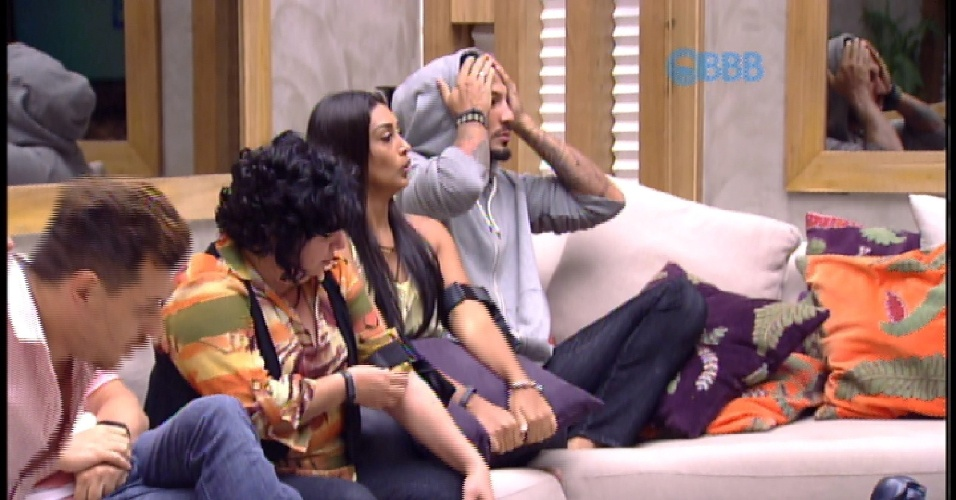 "10.mar.2015 - Brothers aguardam o início ndo programa ao vivo na sala do ""BBB15"""