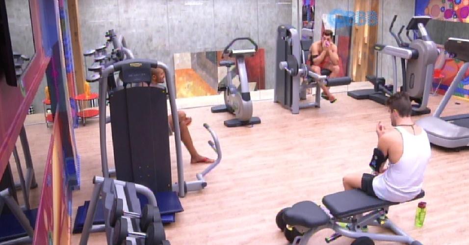 10.mar.2015 - Cézar, Rafael e Fernando analisam perfis de ex-bbb vencedores