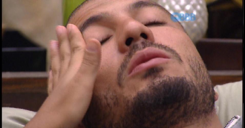 10.mar.2015 - Fernando chora ao falar de relação com Amanda