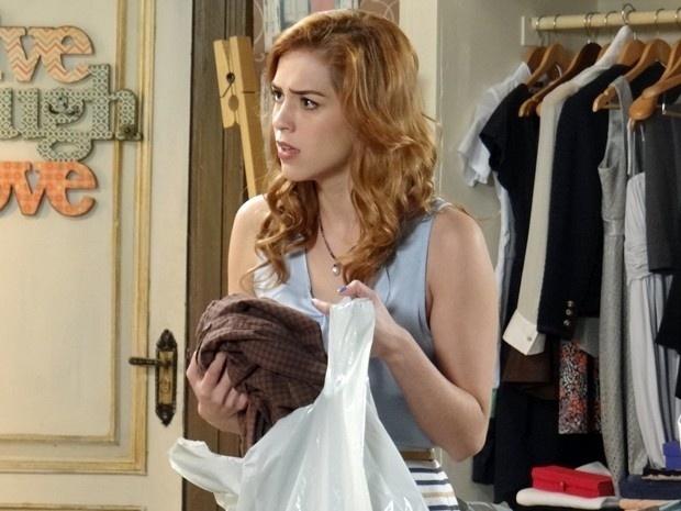 10.mar.2015 - Gaby vê as roupas do pai com a mãe e fica desconfiada