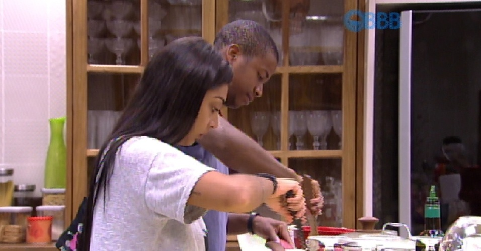 10.mar.2015 - Luan e Amanda conversam na cozinha