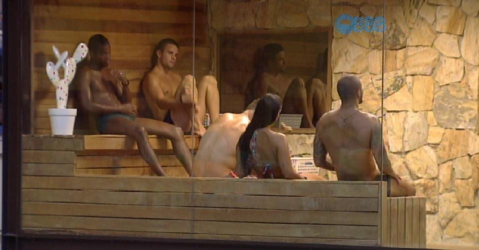10.mar.2015 - Mariza observa sauna e comenta que Amanda é a única mulher entre os homens
