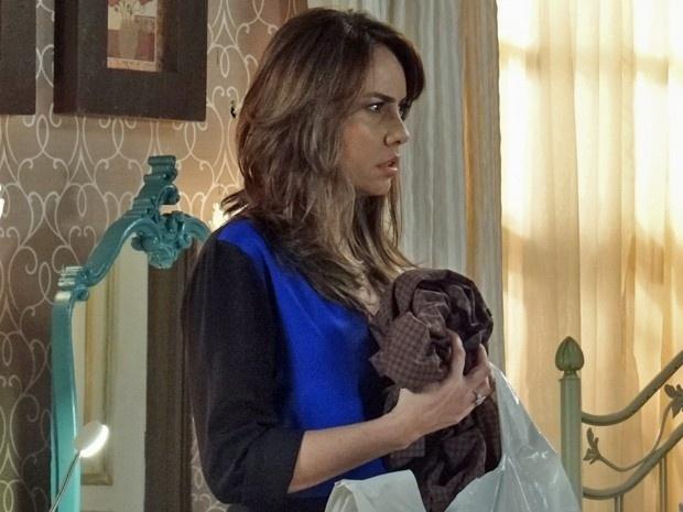 10.mar.2015 - Suzana esconde as roupas de Oscar embaixo da cama, mas Gaby descobre:
