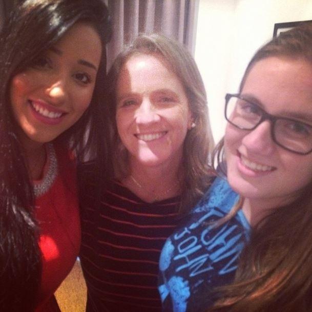 10.mar.2015 - Talita conhece mãe e irmã de Rafael