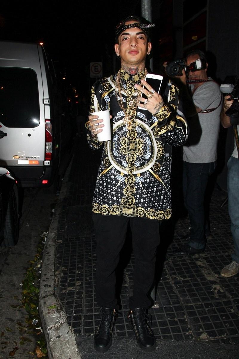 9.mar.2015 - MC Guimê se diverte na comemoração dos 19 anos de Rafaella Santos, irmã de Neymar, acompanhado de uma amiga na mega festa em uma boate paulistana na noite dessa segunda-feira