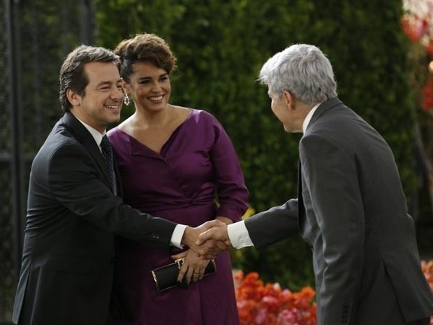 Beatriz (Suzy Rêgo) apresenta seu novo namorado, Otávio (Carlos Vieira) ao ex-marido, Cláudio (José Mayer) em