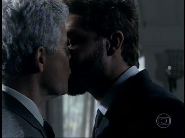 Cláudio e Leonardo dão selinho durante casamento de Cristina e Vicente em