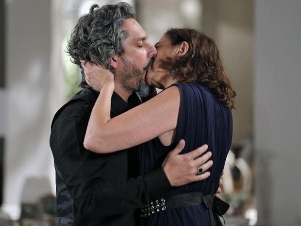 José Alfredo (Alexandre Nero) e Maria Marta (Lilian Cabral) se beijam em