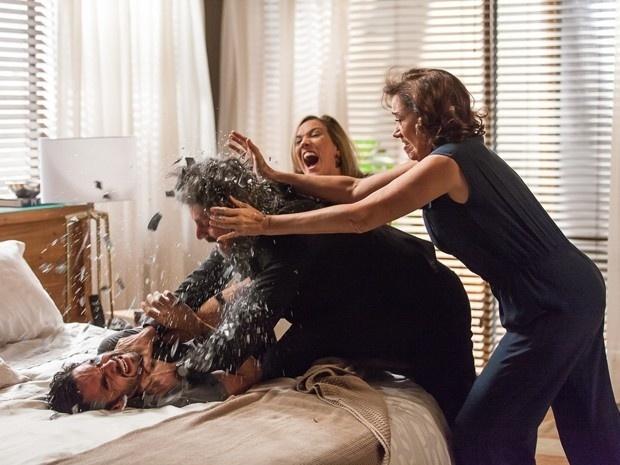 José Alfredo tenta esganar José Pedro mas é impedido por Maria Marta