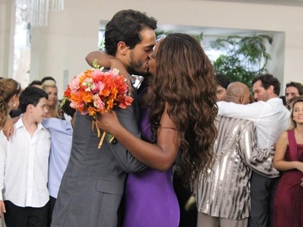 Juju Popular pega buquê de Cristina e comemora com beijo em Arnoldão