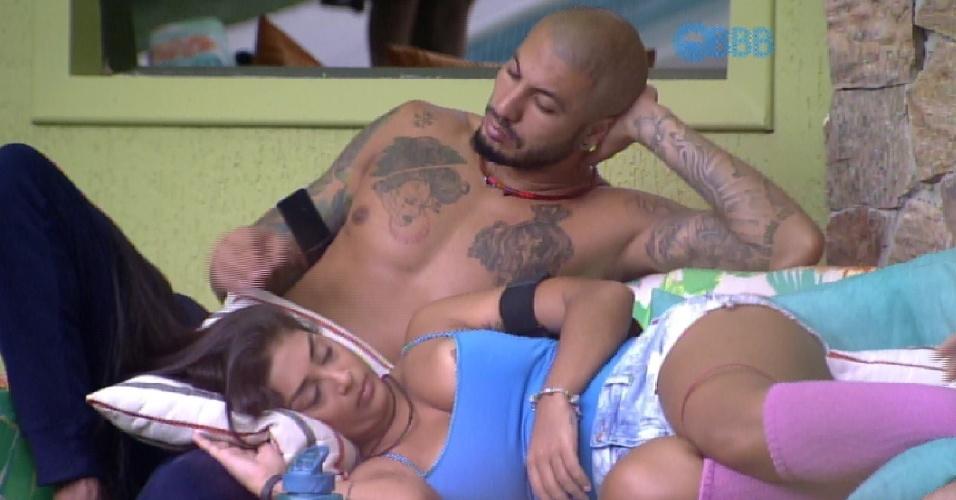 11.mar.2015 - Amanda deitada conversando com os brothers, não percebe que sua blusa desce um pouco e a morena acaba mostrando parte dos seios