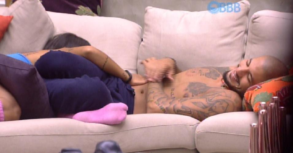 11.mar.2015 - Amanda faz carinho na barriga de Fernando