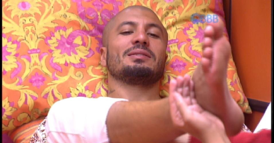 11.mar.2015 - Amanda passa creme nos pés de Fernando