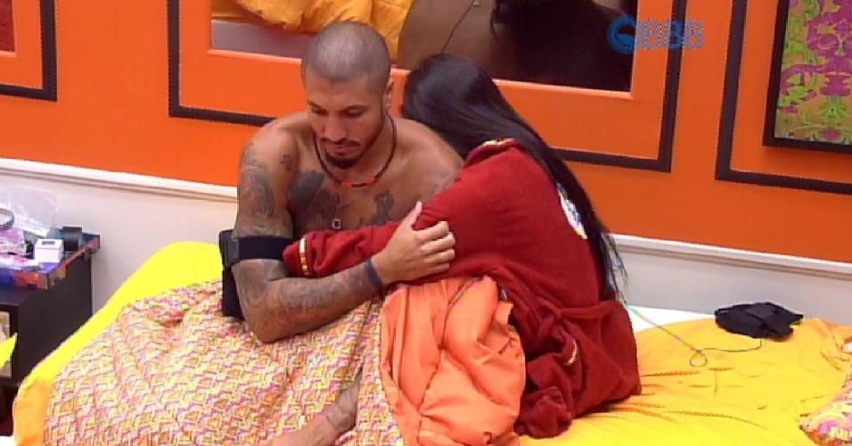 11.mar.2015 - Fernando acorda Amanda e faz carinho na sister