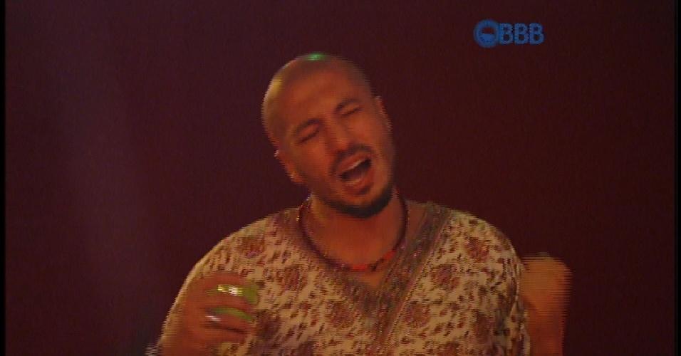 """11.mar.2015 - Fernando curte música do Rappa - Pescador de Ilusões em festa Luau no """"BBB15"""""""