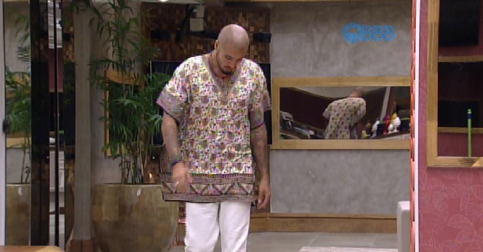 11.mar.2015 - Fernando veste bata de Mariza