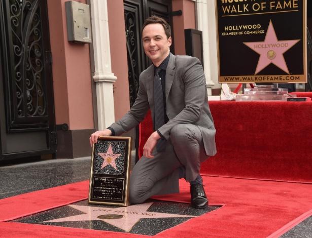 Jim Parsons posa em sua estrela na Calçada da Fama em Hollywood