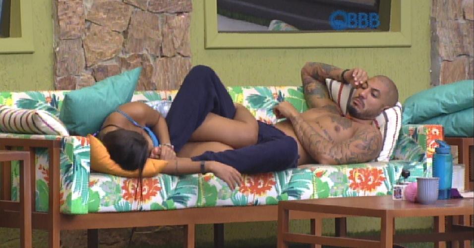 """11.mar.2015 - Juntos novamente no sofá, Fernando elogia """"sua covinha é linda"""""""