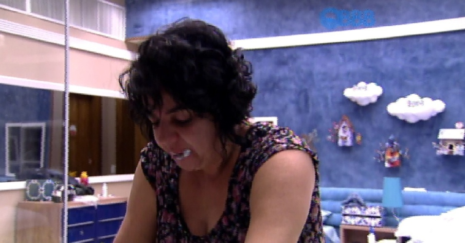 11.mar.2015 - Mariza escova os dentes na manhã desta segunda-feira