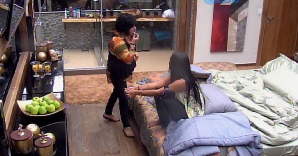 """11.mar.2015 - Mariza vai ao quarto do líder para comer e faz pergunta embaraçosa para Amanda: """"Você está apaixonada por Fernando? Seu coração dispara?"""". A sister nega e diz que são apenas amigos"""