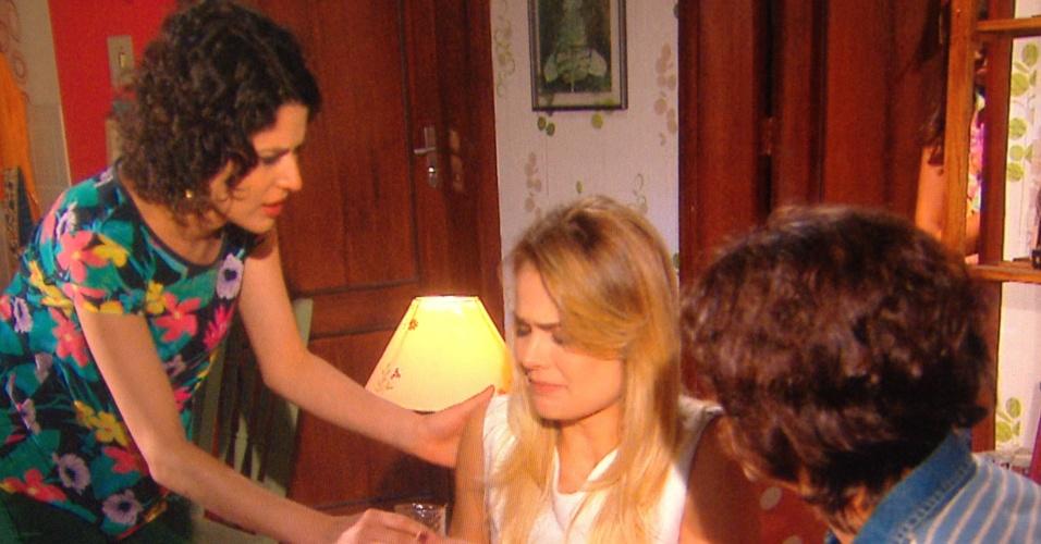 Carol tenta acalmar Andreia, que fingiu passar mal
