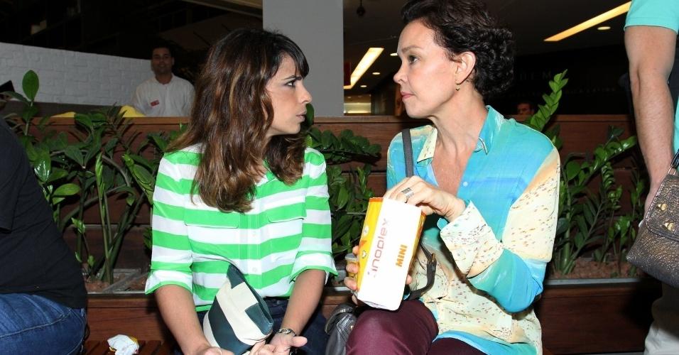 11.mar.2015 - Enquanto Maria Ribeiro desabafa, Julia Lemmertz come pipoca na pré-estreia do filme