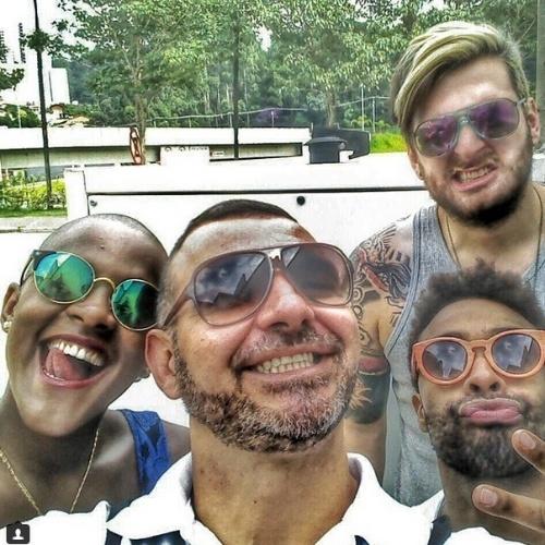 """11.mar.2015 - Os eliminados Angélica e Douglas, do """"BBB15"""", se encontram com os também ex-BBBs Cássio e Vagner, da edição passada do reality show"""