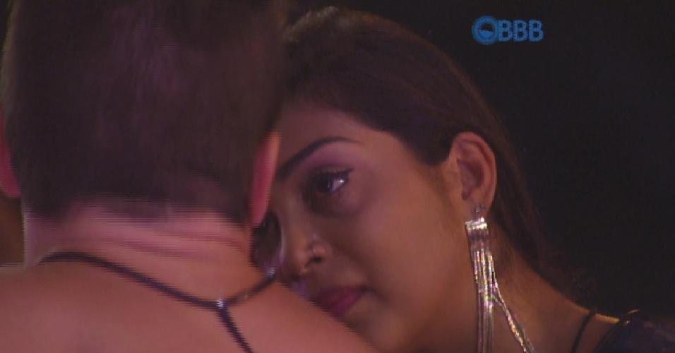 12.mar.2015 - Amanda chora ao se abrir para Rafael e admite que está difícil ficar longe de Fernando