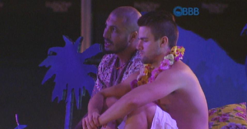 12.mar.2015 - Fernando abre o coração para Rafael e diz que está difícil se segurar com Amanda tão próxima