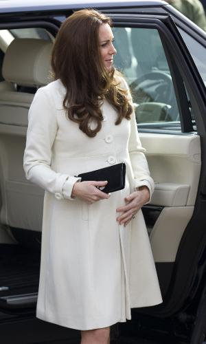 12.mar.2015 - Grávida de oito meses, Kate Middleton chega para visitar os estúdios da série