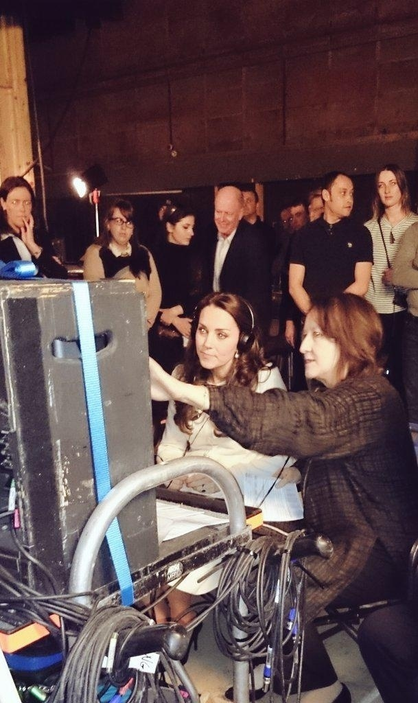 12.mar.2015 - Kate Middleton acompanha filmagens de