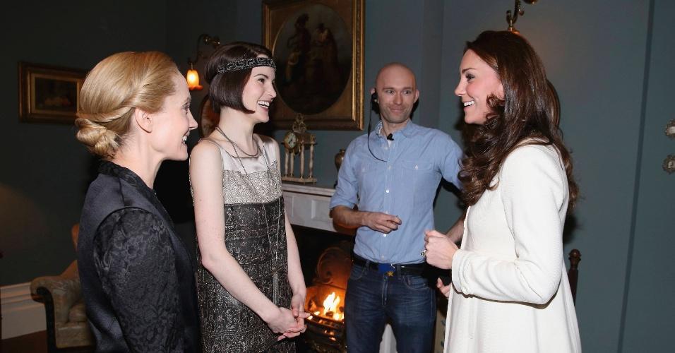 12.mar.2015 - Kate Middleton conversa com as atrizes Joanne Froggatt e Michelle Dockery - respectivamente Anna e Lady Mary - durante visita ao set de gravações de
