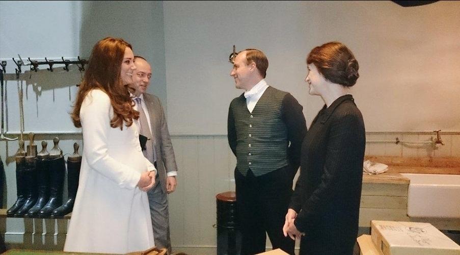 12.mar.2015 - Kate Middleton conversa com os atores Kevin Doyle e Raquel Cassidy - Joseph Molesley e Baxter, respectivamente - durante visita ao set de gravações de