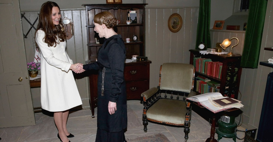 12.mar.2015 - Kate Middleton cumprimenta a atriz Phyllis Logan, a Mrs. Hughes de