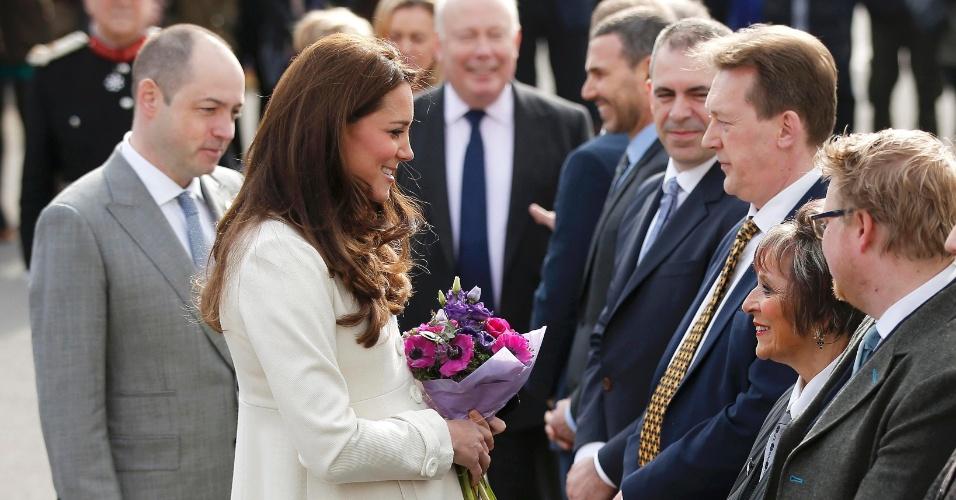 12.mar.2015 - Kate Middleton cumprimenta os produtores da série