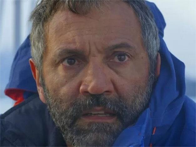 12.mar.2015 -  Miguel (Domingos Montagner) fica entre a vida e a morte após seu barco se chocar com um iceberg