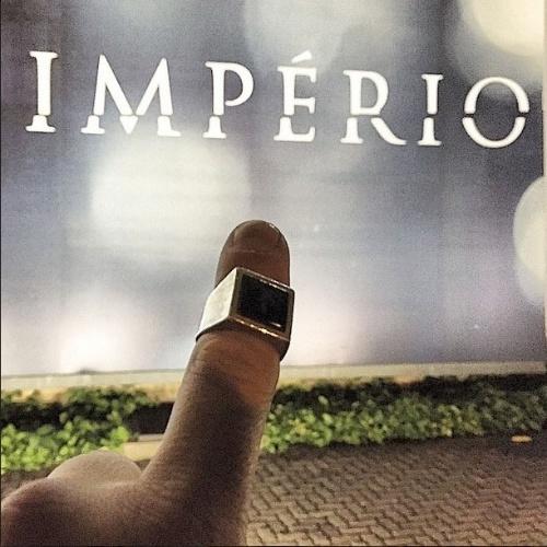 """12.mar.2015 - Na reta final da novela """"Império"""", o ator Alexandre Nero já está colecionando lembranças de seu personagem, o Comendador. """"Vão-se os personagens, ficam os anéis (no caso, O anel. Meu """"souvenir"""" do Comendador) . ACABOOOOOOOOOOOUUUUUU!!!!!!"""", escreveu Nero em sua conta no Instagram. O último capítulo da novela escrita por Aguinaldo Silva vai ao ar nesta sexta-feira (13)"""