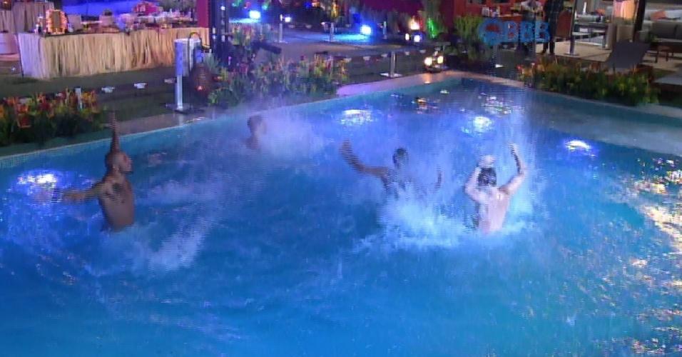 12.mar.2015 - Produção do reality libera a piscina para os confinados e Fernando pula com o microfone. Brothers se divertem e apenas Mariza não entra na água.