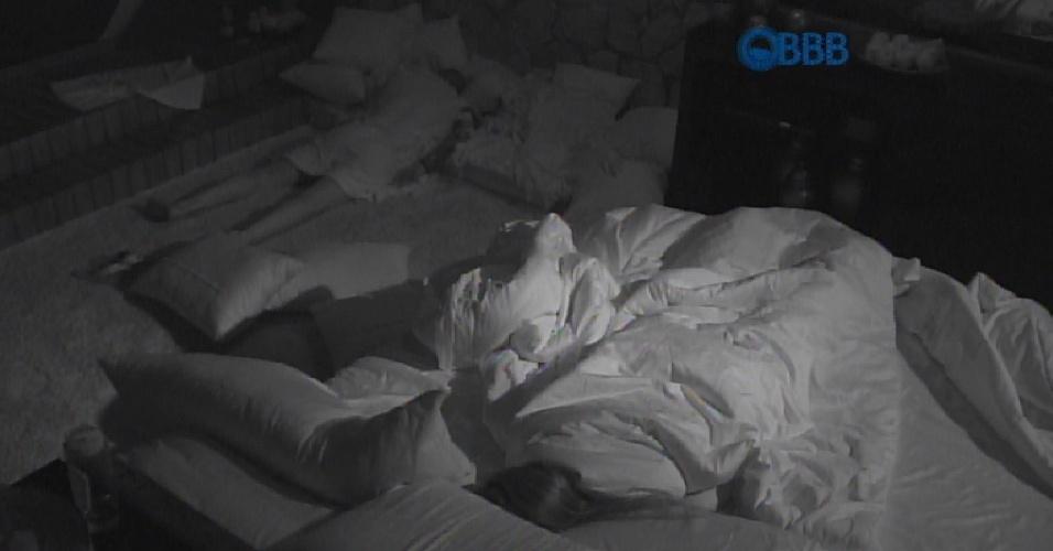 """12.mar.2015 - Sem conseguir dormir, Fernando deixa a cama da líder Amanda. """"Não estou conseguindo dormir"""""""