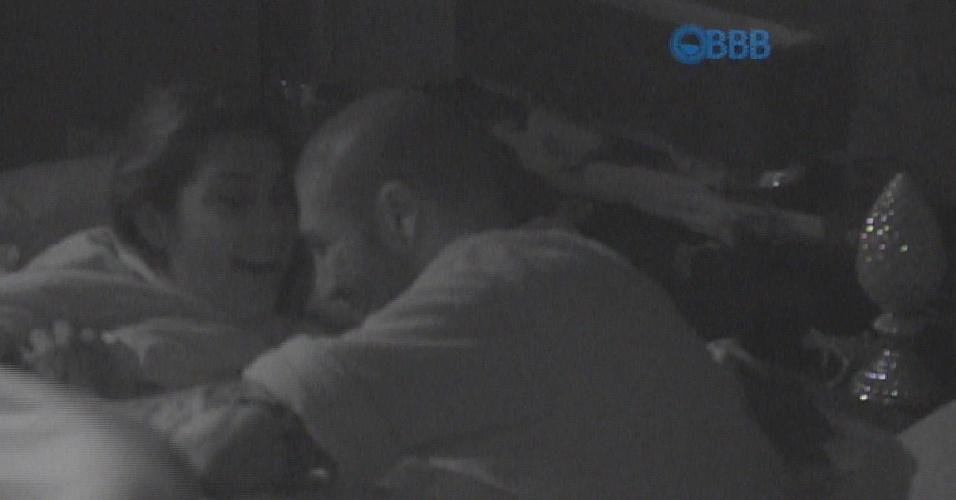 12.mar.2015 - Sozinhos na cama, Amanda tenta beijar e pede para Fernando esquecer Aline