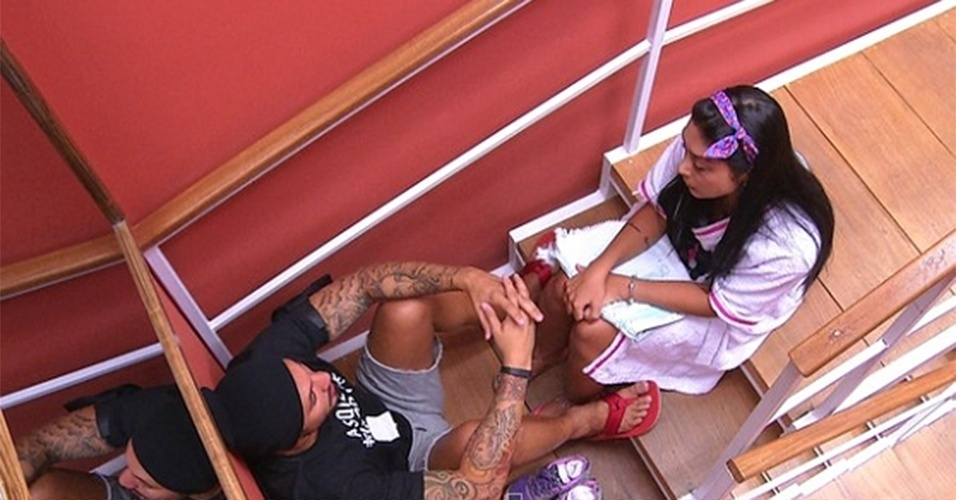 24.jan.2015 - Fernando chama Amanda para conversar depois de se envolver com Aline